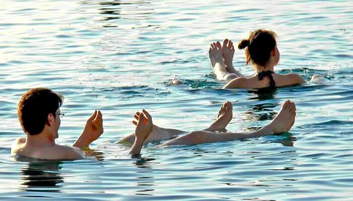 Hombre y Mujer flotando en el Mar Muerto