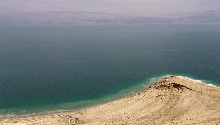 Vista del Mar Muerto desde Israel con Jordania al fondo
