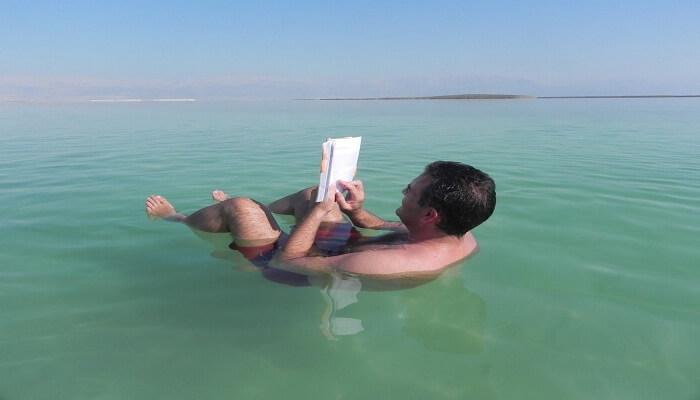 Hombre flotando y haciendo presión con las piernas